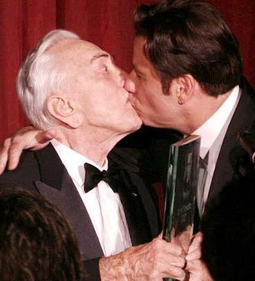 Yıl 2007. John Travolta ile Michael Douglas'ın bu ödül öpücüğünü görenler gözlerine inanamadı.